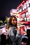 Una mujer presenta en la calle vieja famosa de Jiufen, Taiwán en la noche fotografía de archivo libre de regalías