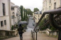 Una mujer que camina abajo de las escaleras Fotos de archivo