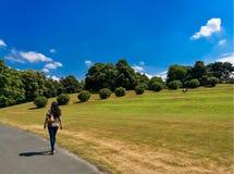 Una mujer que camina en el parque de Rheinaue de Bonn imagenes de archivo