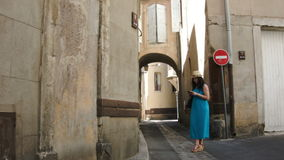 Una mujer que camina a través de la ciudad vieja almacen de video