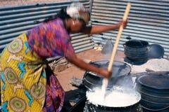 Una mujer que cocina en Suráfrica Foto de archivo libre de regalías