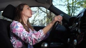 Una mujer que conduce en un buen humor infla el chicle 4K MES lento almacen de video