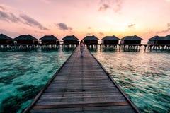 Una mujer que disfruta de una salida del sol en los Maldivas fotografía de archivo libre de regalías