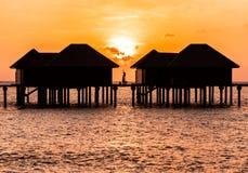 Una mujer que disfruta de una salida del sol en los Maldivas fotos de archivo libres de regalías