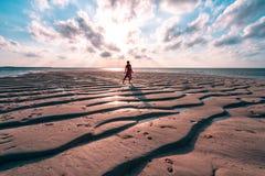 Una mujer que disfruta de una salida del sol en los Maldivas fotos de archivo