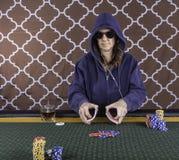 Una mujer que juega el póker en una tabla foto de archivo libre de regalías