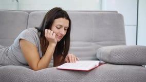 Una mujer que lee un libro rojo metrajes