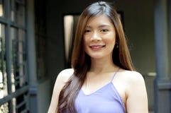 Una mujer que lleva el vestido púrpura Fotos de archivo