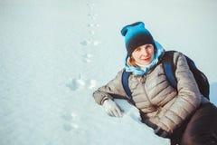 Una mujer que miente en la nieve Imagen de archivo