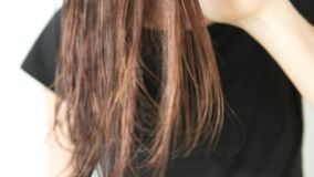 Una mujer que peina lentamente el pelo mojado con un pelo grande almacen de metraje de vídeo