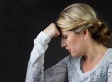 Una mujer que piensa o con un dolor de cabeza Fotos de archivo libres de regalías