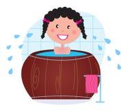 Una mujer que remoja en torbellino/tina fría del barril Fotografía de archivo libre de regalías