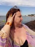 Una mujer que se endereza el pelo Imagen de archivo