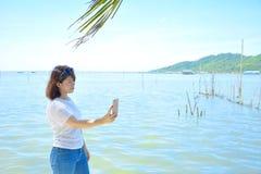 Una mujer que se relaja en el lago Fotografía de archivo libre de regalías