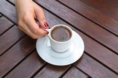 Una mujer que sostiene una taza de café turco fotografía de archivo libre de regalías
