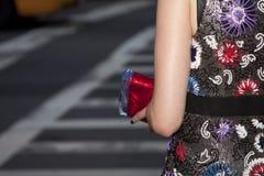 Una mujer que sostiene un monedero del embrague Fotos de archivo libres de regalías