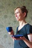 Una mujer que sostiene una taza de té Foto de archivo