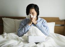 Una mujer que sufre de frío imagen de archivo libre de regalías