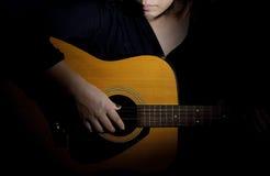 Una mujer que toca la guitarra Fotografía de archivo libre de regalías