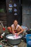 Una mujer que vive en tugurios que hacen el lavadero Fotografía de archivo