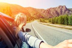 Una mujer rubia en coche imagenes de archivo