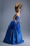 Una mujer rubia joven en alineada de boda azul Imagenes de archivo