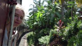 Una mujer rubia joven hermosa es Sri Lanka que viaja en tren metrajes