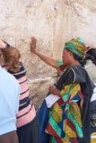 Una mujer ruega en la pared que se lamenta. Fotografía de archivo libre de regalías