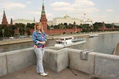Una mujer se está colocando en el fondo de la Moscú el Kremlin Fotografía de archivo libre de regalías