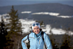 Una mujer sonriente en la pista de la montaña del blanco de la estación de esquí Nizhny Tagil Rusia Imagen de archivo