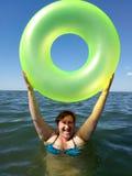 Una mujer sostiene la boya inflable Fotografía de archivo