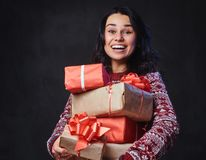 Una mujer sostiene los regalos de la Navidad Fotos de archivo libres de regalías