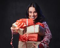 Una mujer sostiene los regalos de la Navidad Imagen de archivo libre de regalías