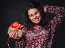 Una mujer sostiene los regalos de la Navidad Imágenes de archivo libres de regalías