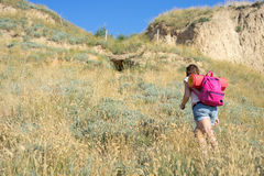 Una mujer sube la colina Imagen de archivo libre de regalías