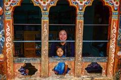 Una mujer tibetana con su niño en Bhután Imagen de archivo libre de regalías