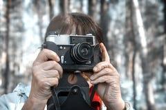 Una mujer toma imágenes del paisaje circundante imagen de archivo libre de regalías