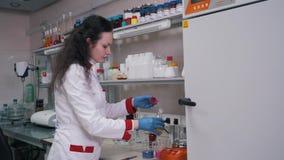 Una mujer trabaja en un primer del laboratorio almacen de metraje de vídeo