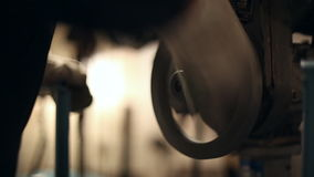 Una mujer tuerce la válvula industrial metrajes