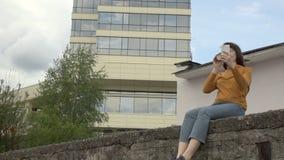Una mujer utiliza el teléfono al borde del tejado