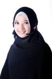 Una mujer velada está sonriendo usando las herramientas de la comunicación Imagenes de archivo