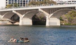Una mujer y sus perros que gozan de una señora Bird Lake en el centro de Austin, Tejas fotografía de archivo libre de regalías