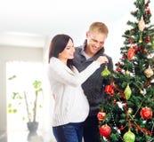 Una mujer y un padre que celebran la Navidad (adornamiento) Imagen de archivo libre de regalías