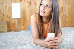 Una musica d'ascolto della giovane donna nella sua stanza Fotografia Stock