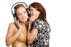 Una musica d'ascolto delle due belle ragazze Fotografia Stock