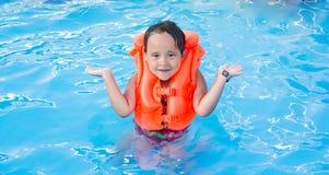 Una natación de la muchacha en el agua Foto de archivo libre de regalías