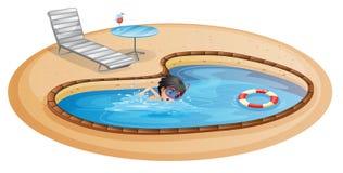 Una natación del muchacho en la piscina con una silla y una tabla de playa Imagen de archivo libre de regalías