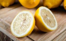 Una natura morta di due fette fresche del limone su un bordo Fotografie Stock