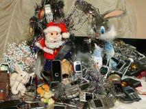 Una natura morta di 20 telefoni cellulari e giocattoli Immagine Stock