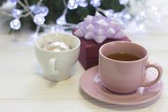 Una natura morta festiva con tè, un giftbox e la palla dell'Natale-albero in un tè aggrediscono fotografia stock